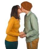 Piękny potomstwo pary całowanie przeciw bielowi fotografia royalty free