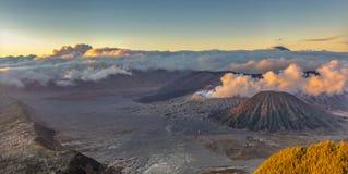 Piękny powietrzny wizerunek góra BROMO z chmury i erupcji tłem zdjęcia stock