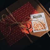 Piękny prezent w wykonuje ręcznie pakunku zdjęcia stock