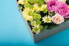 Piękny prezenta pudełko z kwiatami Obrazy Royalty Free