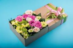Piękny prezenta pudełko z kwiatami Obraz Royalty Free