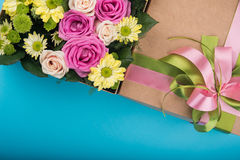 Piękny prezenta pudełko z kwiatami Zdjęcia Stock