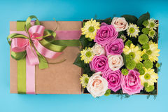 Piękny prezenta pudełko z kwiatami Fotografia Stock