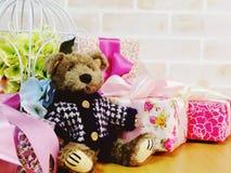 Piękny prezenta pudełko z misia i sztucznego kwiatu bukietem Fotografia Stock