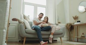 Piękny projekt żywa izbowa para ogląda tv i je popkornu być ubranym relaksującego czas piżamy zdjęcie wideo