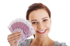 Piękny przypadkowy kobiety mienia pieniądze. Obrazy Stock