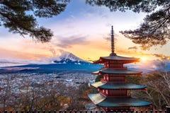 Piękny punkt zwrotny Fuji góra i Chureito pagoda przy zmierzchem, Japonia obrazy royalty free