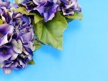 Piękny purpurowy hortensja sztucznego kwiatu bukiet na błękitnym tle Obraz Royalty Free