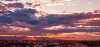 Piękny purpurowy zmierzch nad miastem obrazy royalty free
