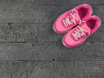 Piękny różowy kobiety ` s działających butów ciemny rocznik na podłoga najlepszy widok Obraz Stock