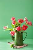Piękny różowy tulipanowy kwiatu bukiet w zielonym garnku obraz stock
