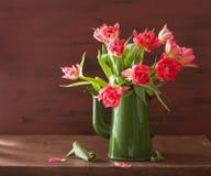 Piękny różowy tulipanowy kwiatu bukiet w zielonym garnku fotografia stock
