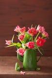 Piękny różowy tulipanowy kwiatu bukiet w zielonym garnku fotografia royalty free