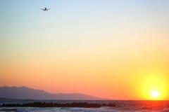 Piękny różowy zmierzch morzem w lecie Płaski latający w tle daleko od Zdjęcia Royalty Free