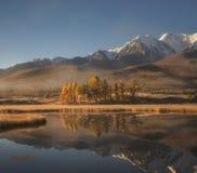 Piękny ranek jesieni krajobraz, halny jezioro na tle śnieżne góry Obraz Stock