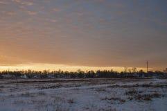 Piękny ranku i zimy jaskrawy wschód słońca w Styczniu Przedmieście i pole zakrywający śnieg Obrazy Stock