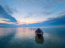 Piękny ranku krajobraz z łodzią na jeziorze przy wschodem słońca obrazy royalty free