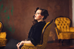 Piękny retro kobiety obsiadanie obrazy stock