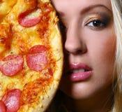 piękny robi pizzy w górę kobiety Fotografia Stock
