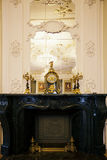 Piękny rocznik osiąga z świecznikiem na suficie w baroku stylu Zdjęcia Stock