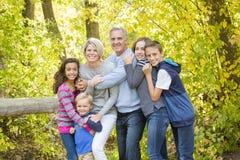 Piękny rodzinny portret outdoors na słonecznym dniu obrazy royalty free