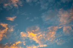 Piękny romantyczny cumulusu zmierzch chmurnieje w mrocznym czasie dla tła fotografia royalty free