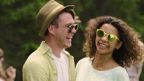 Piękny romantyczny nuzzling, ono uśmiecha się stawia czoło pełno otuchy, miłości związek zbiory wideo