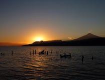Piękny romantyczny wschód słońca przy lago villarica w chile zdjęcia royalty free