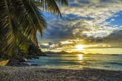 Piękny romantyczny zmierzch na raj plaży przy anse surowym, losu angeles d Fotografia Stock