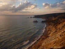 Piękny romantyczny zmierzch przy skalistym seashore zdjęcia stock