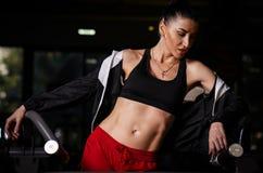 Piękny rosjanina modela sprawności fizycznej krótkopęd w Gym zdjęcie royalty free