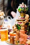 Piękny Rosyjski samowar z chlebowymi pierścionkami zdjęcia stock