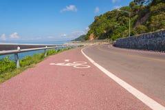 Piękny rowerowy pas ruchu wzdłuż morza Zdjęcie Stock