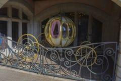 Piękny rydwan Kopciuszek charakter wśrodku Disneyland parka w Paryż, fotografia royalty free