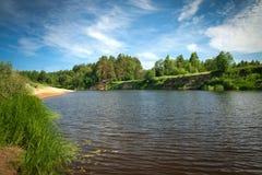 Piękny rzeczny spływanie w wsi na słonecznym dniu Zdjęcie Stock