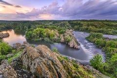 Piękny rzeka przepływ z niebo burzowymi chmurami, rusza się wodę - lon Zdjęcie Stock