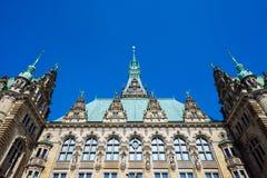 Piękny sławny Hamburski urzędu miasta budynek z zielenią barwił dach w Altstadt ćwiartce, Hamburg, Niemcy Obraz Stock