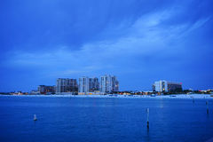 Piękny słońce ustawiający przy clearwater plażą fotografia stock