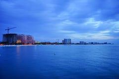 Piękny słońce ustawiający przy clearwater plażą obraz stock