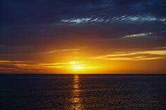 Piękny słońce ustawiający przy clearwater plażą obraz royalty free