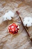 Piękny słodka bułeczka z świeżymi truskawkami kłama na rzemiosło papierze, zakończenie obraz royalty free