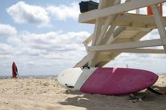 Piękny słoneczny dzień przy plażą z ratownika stojakiem i krzesłem zdjęcie stock