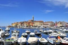 Piękny słoneczny dzień z łodziami rybackimi w schronieniu, Rovinj, Istr Zdjęcia Royalty Free