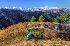Piękny sceniczny jesień krajobraz śnieżni halni szczyty Główna Kaukaz góry grań pod niebieskim niebem na słonecznym dniu z drewni zdjęcia royalty free