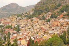 Piękny Sceniczny widok Taormina ` s Stary miasteczko Terakotowi Starzy Antycznego miasta domy z Kafelkowymi dachami Wyspa Sicily, obrazy royalty free