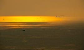 Piękny sceniczny złoty słońce promień przy morzem przed zmierzchem przy popularną plażą w lecie w mgiełce częsciowo Fotografia Stock