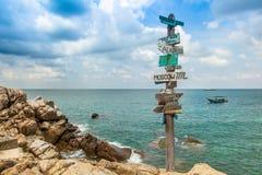 Piękny Seascape Antyczne pointer odległości w różnym direc Zdjęcia Stock