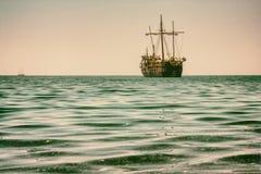 Piękny seascape - widok ranku morze z turystycznym zwiedzającym statkiem w zatoce obok antycznego Phaselis, wybrzeże Medite obraz royalty free