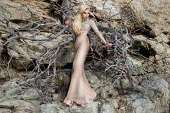 Piękny, seksowny blondynka model w eleganckiej sukni na Santorini, obraz stock