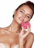 Piękny seksowny brunetki kobiety łasowania torta kształt serce na białym tle, zdrowy jedzenie, smakowity, organicznie, romantyczn Zdjęcie Stock